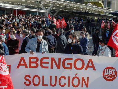Trabajadores de Abengoa, convocados por los sindicatos, durante una concentración ante la sede sevillana de la multinacional.