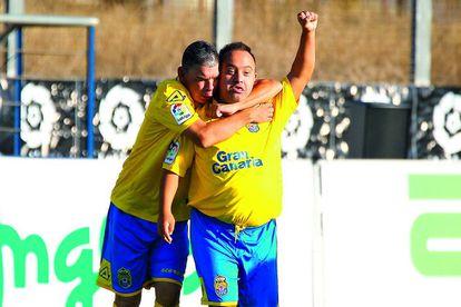 Dos jugadores de Las Palmas celebran un gol en la primera jornada de LaLiga Genuine.