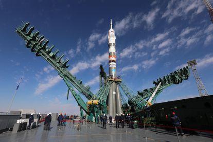 El cohete propulsor 'Soyuz-2.1a', durante la instalación de la nave 'Soyuz MS-19', en el cosmódromo de Baikonur.