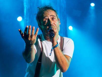 El cantante de Love of Lesbian, Santi Balmes, en un momento de su actuación, este viernes en el festival Río Babel en Madrid.