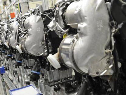 Un empleado de Volkswagen trabaja en una cadena de montaje de motores diésel MDB. EFE/Archivo