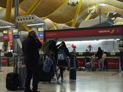 Pasajeros en la terminal T4 del Aeropuerto Adolfo Suárez Madrid-Barajas el 4 de diciembre de 2020.