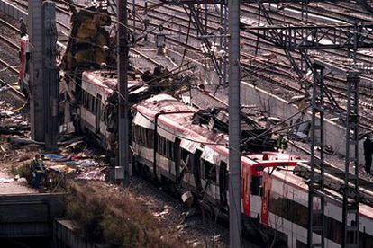 Uno de los trenes de cercanías, en la estación de Atocha tras los atentados.