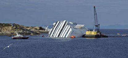 Técnicos trabajan para extraer el combustible del 'Costa Concordia'.