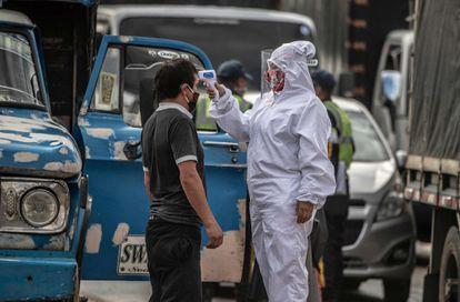 Revisión médica a los productores agrícolas que llegan a Corabastos, en Bogotá (Colombia).