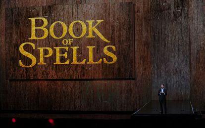 Andrew House, presidente de Sony Computer Entertainment America presenta 'El libro de los hechizos' de J.K. Rowling.