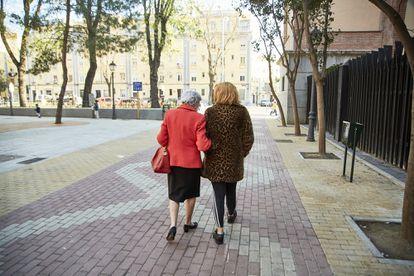 Irune Elosegui y Felisa Rey caminan por la plaza de Rutilio Gacís (Madrid).