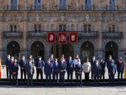 El rey Felipe junto con el presidente del Gobierno, Pedro Sánchez posan para la foto de familia de la XXIV Conferencia de Presidentes.