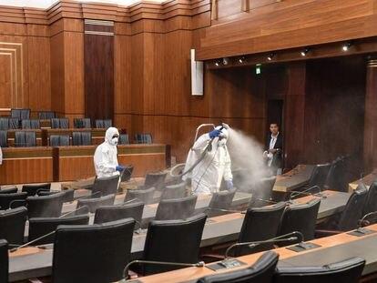 Labores de desinfección en el Parlamento de Líbano.