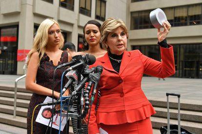 Gloria Allred, el pasado junio en Nueva York, con dos animadoras de un equipo de fútbol americano a las que representa contra un entrenador por acoso sexual.