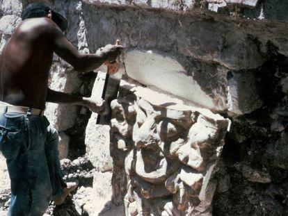 Uno de los saqueadores, serrando la fachada, en 1968