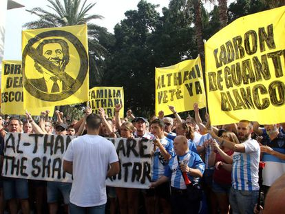 Manifestación de seguidores del Málaga contra la gestión del jeque Al-Thani.