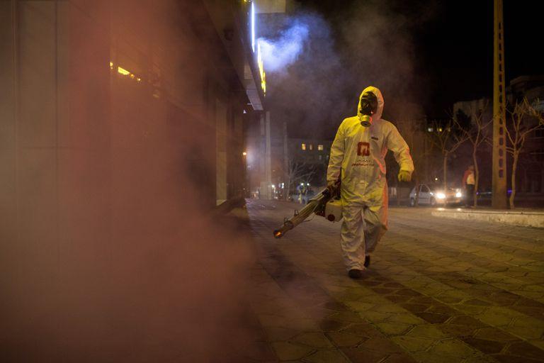 Un bombero desinfecta una calle de Teherán, capital de Irán.