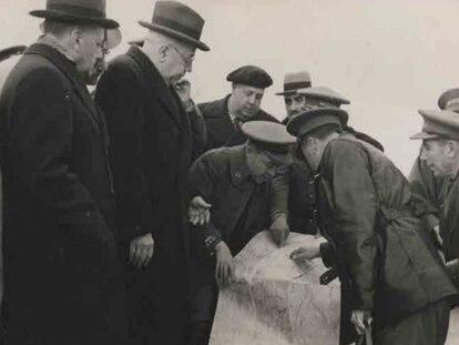El presidente de la República, Manuel Azaña, observa en noviembre de 1937 los planos ahora encontrados que le mostraban los responsables del IV Cuerpo del Ejército.