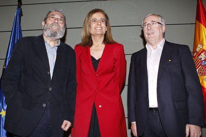 La ministra de Empleo, Fátima Báñez, con el secretario general de UGT, Cándido Méndez (izquierda), e Ignacio Fernández Toxo.