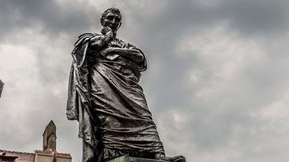 Estatua de Ovidio en Constanza, la antigua Tomos de su confinamiento.