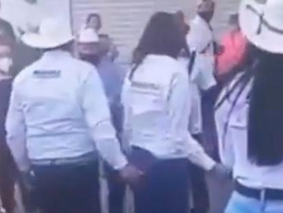 Captura de video en el que se ve a David Monreal realizar un tocamiento a Rocío Moreno Sánchez, candidata a la presidencia municipal de Juchipala.