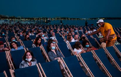 Attendees, on the 11th, at the screening of 'JFK, open case', on La Croisette, within the Cinéma de la plage cycle, in Cannes.
