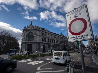 Cartel de Madrid Central en la calle Alcala.