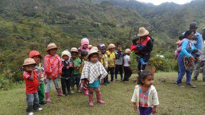 Un grupo de niños en clases de nasa yuwe en el Cauca, Colombia.
