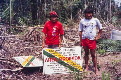 Dos indígenas araweté, durante la operación para demarcar la Tierra Indígena Araweté, en el estado brasileño de Pará.