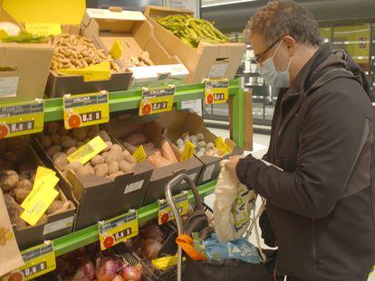 Un socio hace la compra de frutas en el supermercado LA OSA en Tetuán. En vídeo: Así funciona el primer supermercado cooperativo abierto en España.