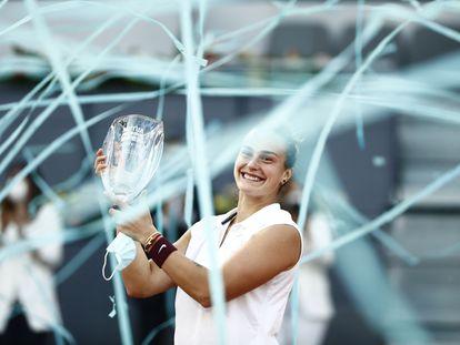 Sabalenka posa con el trofeo de campeona en la central de la Caja Mágica.