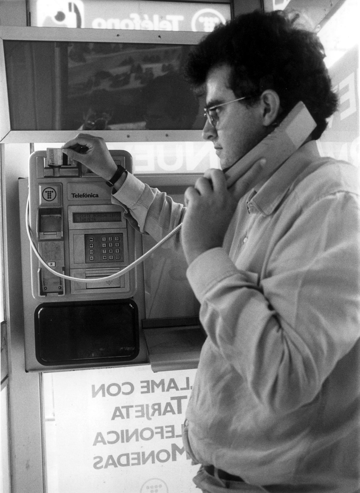 Un usuario se dispone a usar una nueva cabina de Telefónica fabricada para evitar robos y actos vandálicos en 1991.