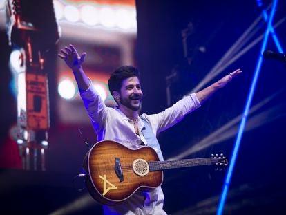 Camilo levanta las manos durante su concierto en Madrid, en el Wizink Center, el 5 de septiembre.