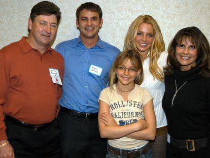 Desde la izquierda Jamie Spears, sus hijos Bryan Spears, Jamie-Lynn Spears y Britney Spears, y la madre de la cantante, Lynne Spears, en una imagen de 2003.