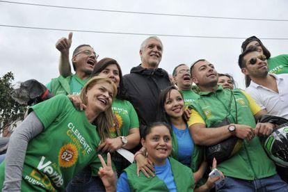 Enrique Peñalosa, rodeado de seguidores.