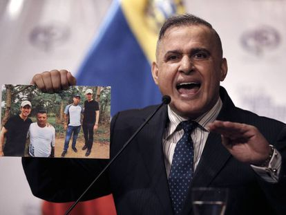 El fiscal general de Venezuela, Tarek William Saab, muestra las fotos de Guaidó.