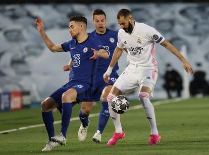 Benzema intenta controlar el balón ante Jorginho.