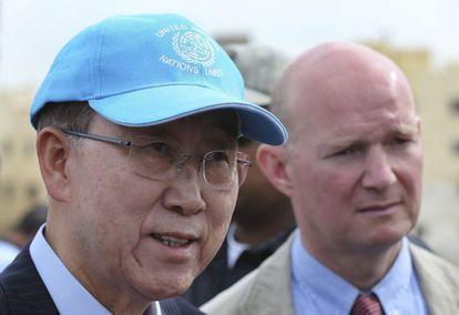El secretario general de Naciones Unidas, Ban Ki-moon (izquierda), durante su visita de este viernes a un campo de refugiados en Líbano. EFE/Hussein Malla / Pool