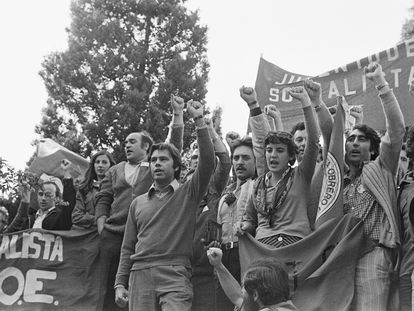 Felipe González y otros miembros del PSOE durante una manifestación ilegal por 1 de mayo, en 1977, en Madrid.