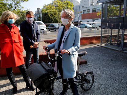 Elisabeth Borne, ministra de Transición Ecológica (a la derecha), con Valerie Pecresse, presidenta de la región de Île de France, en Evry-Courcouronnes, al sur de París, el 14 de mayo.