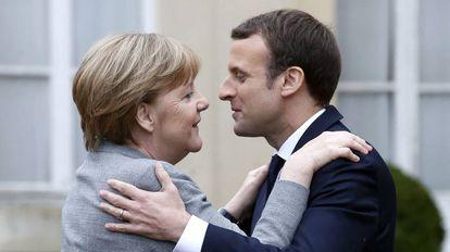 La canciller alemana, Angela Merkel, y el presidente francés, Emmanuel Macron, durante la reunión internacional del G5 del Sahel en Saint Cloud (Francia), el pasado 13 de diciembre.
