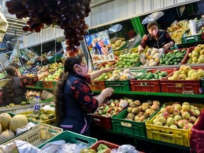 Un puesto de fruta en el mercado de Corabastos en Bogotá, Colombia.