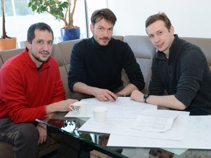 El matemático David Pérez con los físicos Michael Wolf y Toby Cubitt.