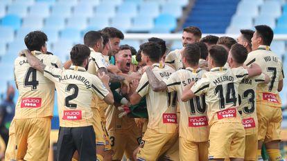 Los jugadores del Espanyol celebra el ascenso en el campo del Zaragoza.