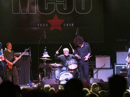 Wayne Kramer (primero por la izquierda), en un concierto de la gira MC50 el 7 de septiembre en Atlanta.