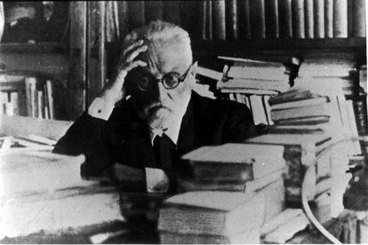 Miguel de Unamuno, en su despacho