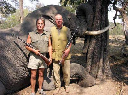 El rey Juan Carlos (d) posa con otro cazador delante de un elefante abatido en Botsuana en 2006, en una fotografía publicada por la web de la compañía Rann Safaris.