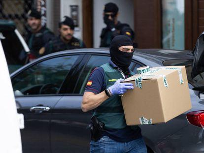 El registro del domicilio de uno de los miembros de los ERT, en Sabadell.