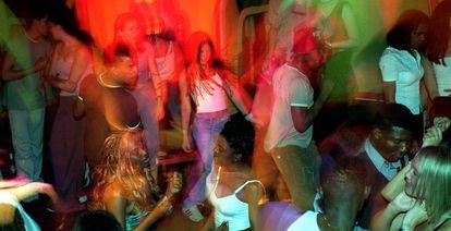 Jóvenes bailan en la pista de una discoteca after hours de Madrid.
