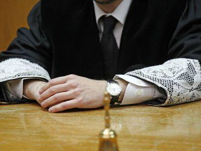 Un juez muestra las puñetas de su toga.