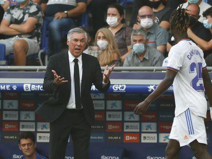Ancelotti da instrucciones a Camavinga durante el partido contra el Espanyol.