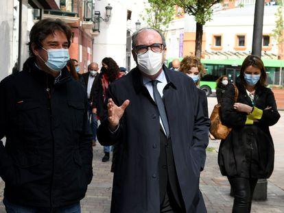 El candidato del PSOE a la Comunidad de Madrid, Ángel Gabilondo (derecha), conversa con el alcalde de Fuenlabrada, Javier Ayala, este jueves.