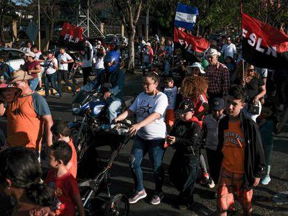 Partidarios de Daniel Ortega participan en una manifestación para