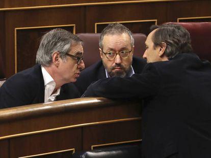 El portavoz parlamentario del PP conversa con dos diputados de Ciudadanos.